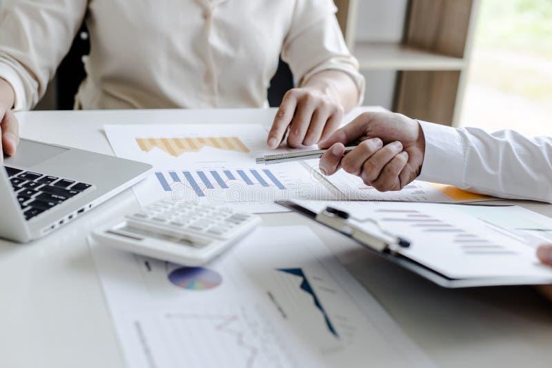 Ambos os contadores verificaram as finanças da empresa Verificaram o trabalho e o lucro da empresa a fim planejar para fotografia de stock