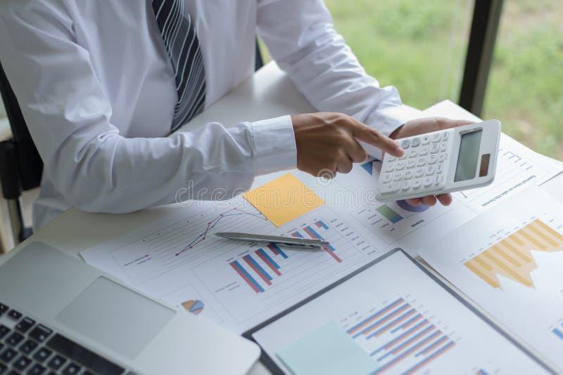 Ambos os contadores verificaram as finanças da empresa Verificaram o trabalho e o lucro da empresa a fim planejar para fotos de stock royalty free