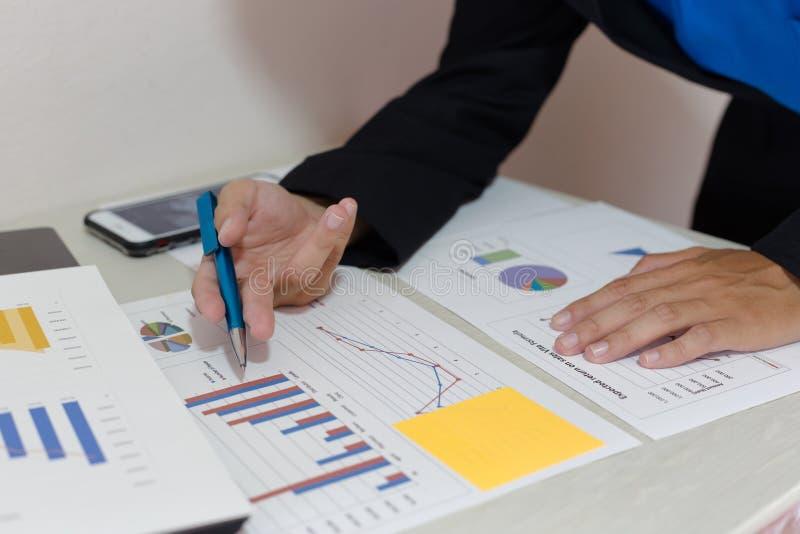 Ambos os contadores verificaram as finanças da empresa Verificaram o trabalho e o lucro da empresa a fim planejar para foto de stock royalty free