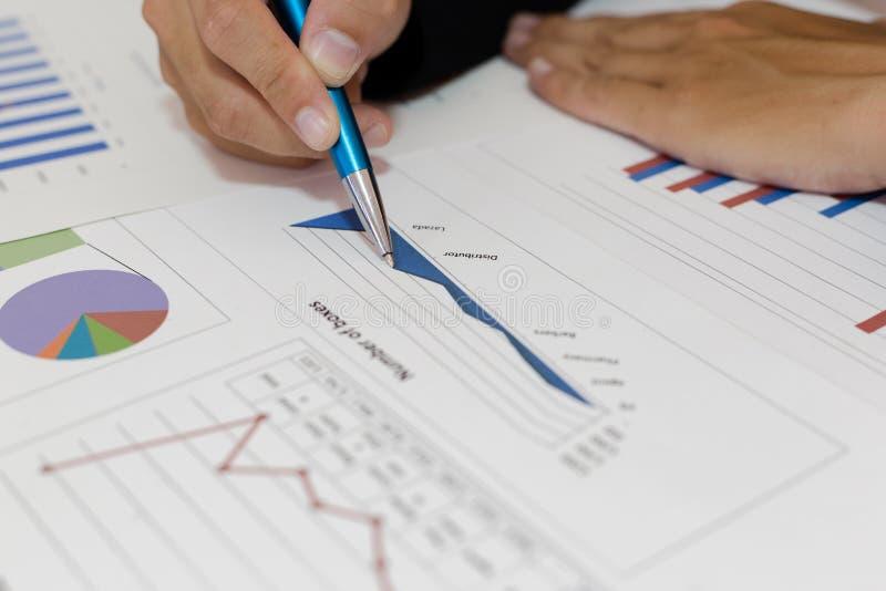Ambos os contadores verificaram as finanças da empresa Verificaram o trabalho e o lucro da empresa a fim planejar para imagens de stock royalty free