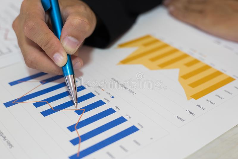 Ambos os contadores verificaram as finanças da empresa Verificaram o trabalho e o lucro da empresa a fim planejar para foto de stock