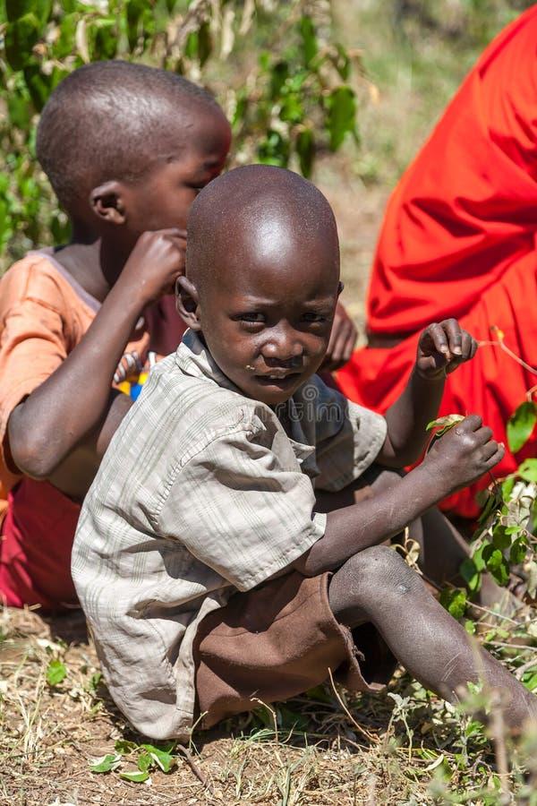 AMBOSELI KENYA - Februari 12, 2010 oidentifierade Massai arkivfoton
