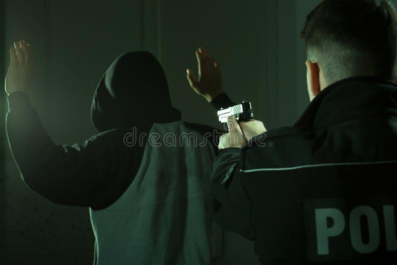 Ambtenaar die kanon op oplichter houden stock foto's