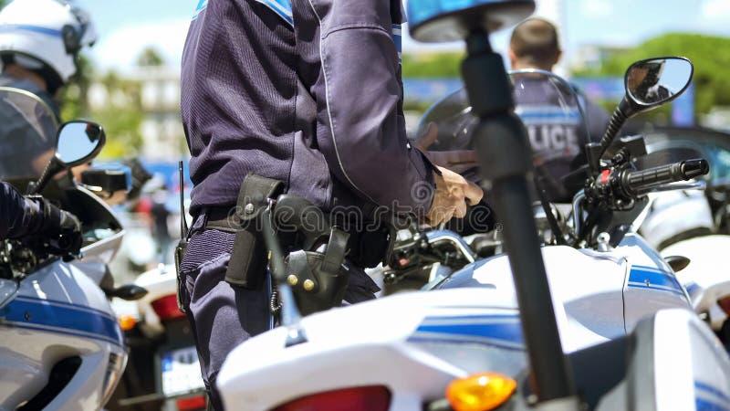 Ambtenaar van de patrouille van de motorpolitie op plicht om openbare orde in grote stad te handhaven royalty-vrije stock foto