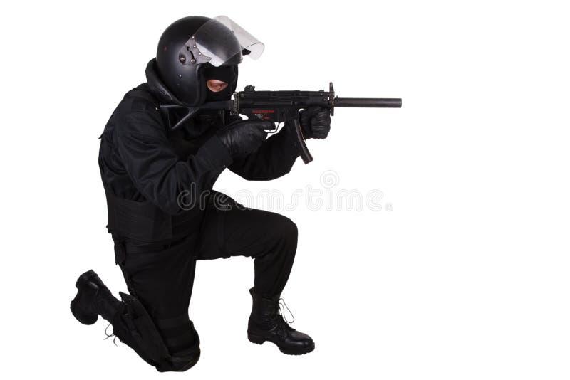 Ambtenaar van politie de speciale krachten in zwarte eenvormig royalty-vrije stock afbeeldingen