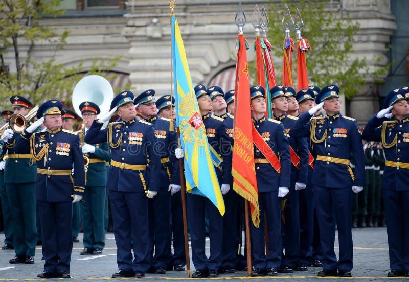 Ambtenaren van de Luchtmachtacademie na Professor die N wordt genoemd e Zhukovsky en Y A Gagarin tijdens de parade op rood vierka stock foto