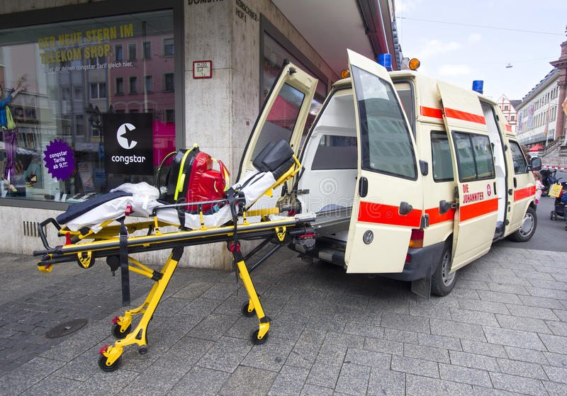 Ambulância e maca imagens de stock