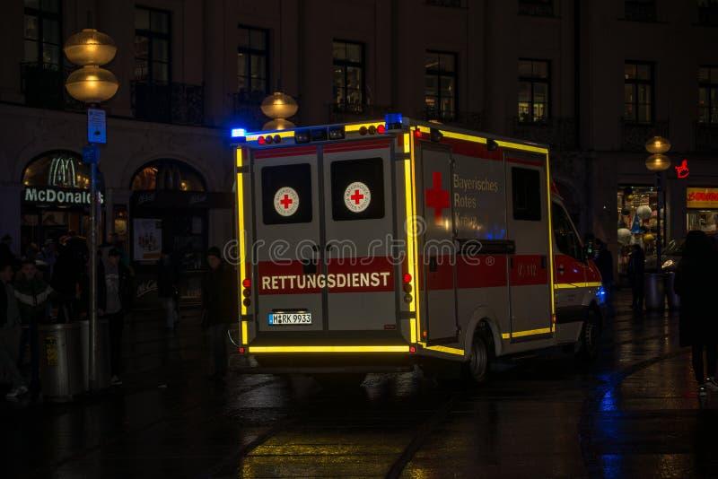 Ambulância estacionada durante a emergência médica foto de stock