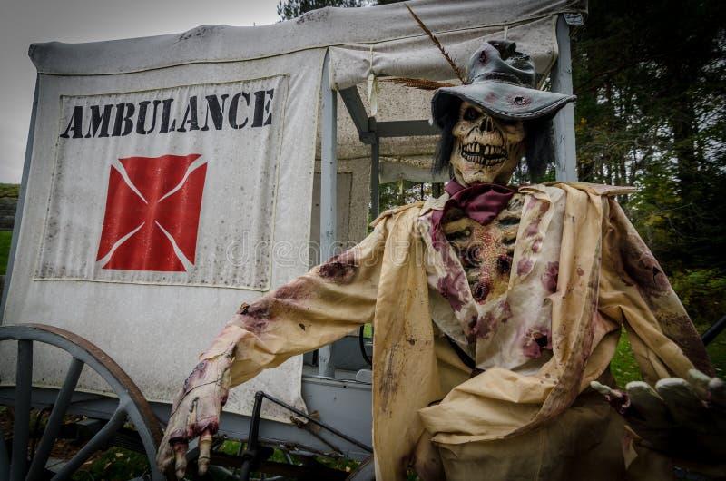 Ambulância velha e decorações de esqueleto do Dia das Bruxas imagens de stock