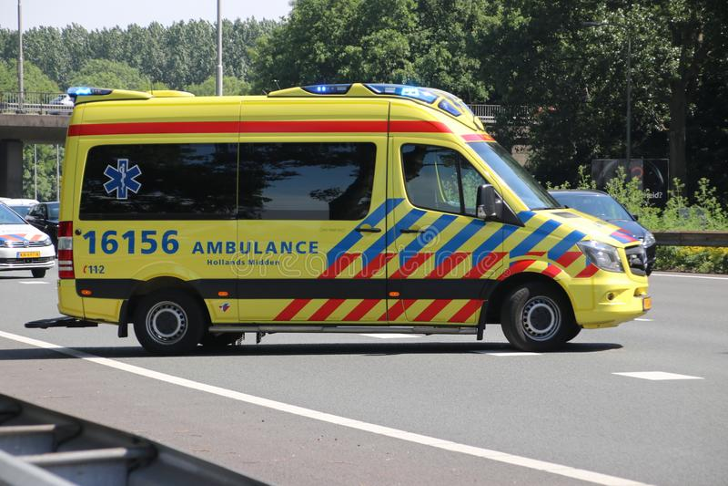 Ambulance dans l'action après collision sur l'autoroute A20 au repaire aan IJssel de Nieuwerkerk aux Pays-Bas images stock