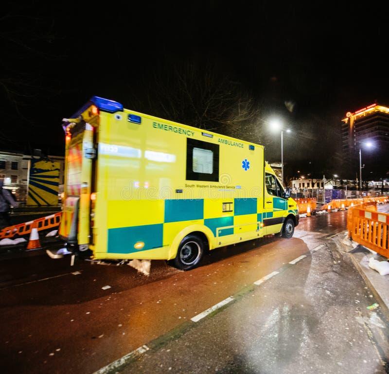 Ambulance jaune de NHS conduisant Londres rapide image libre de droits