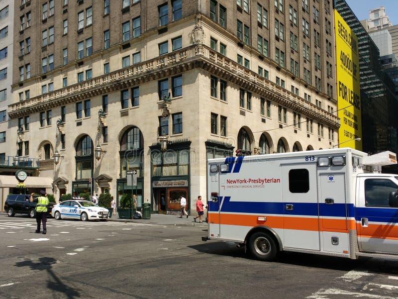 Ambulance presbytérienne d'hôpital de NewYork†«, dirigeant du trafic de NYPD, New York City, NYC, NY, Etats-Unis photographie stock