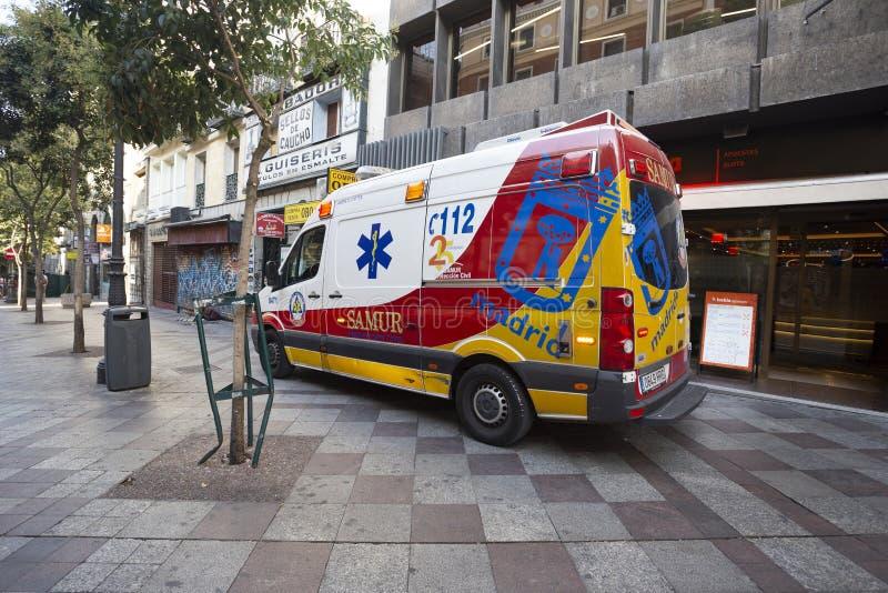 Ambulancia brillante en la calle de Madrid, España imagen de archivo