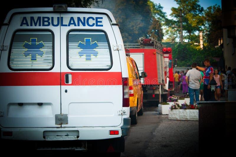 Ambulancia, coche de bomberos y otros coches de la emergencia en la fila - visión trasera imagenes de archivo