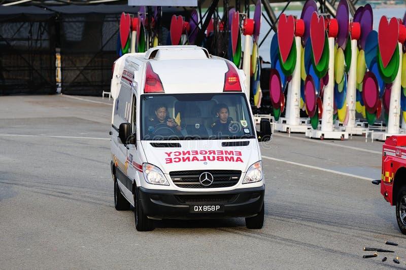 Ambulancia de la fuerza de defensa civil de Singapur (SCDF) que hace una vuelta durante el ensayo 2013 del desfile del día naciona foto de archivo