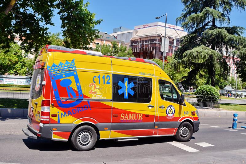 Ambulancia en el camino imagenes de archivo