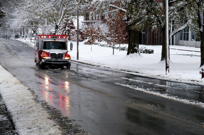 Ambulancia en un día Nevado fotos de archivo libres de regalías