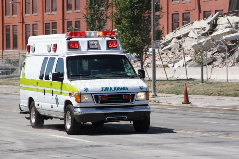 Ambulancia en una llamada fotografía de archivo