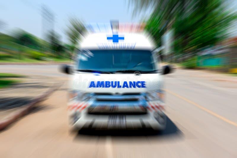Ambulancia que apresura al accidente, viajes de la ambulancia de la emergencia con efecto del enfoque de la calle de la ciudad imagenes de archivo