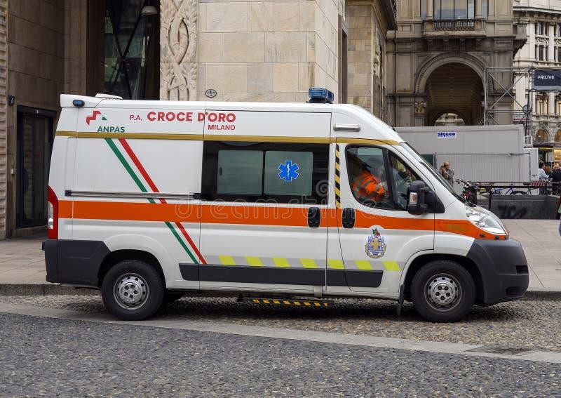 Ambulancia voluntaria del Croce d 'Oro Milano en la plaza del Duomo, Milán, Italia foto de archivo libre de regalías