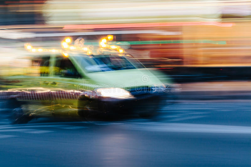 Ambulans i en suddig stadsplats fotografering för bildbyråer