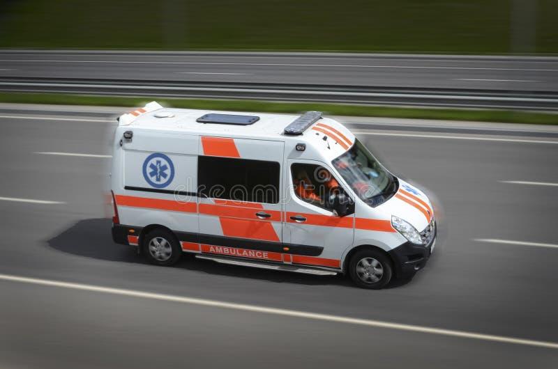Ambulans på vägen arkivbild
