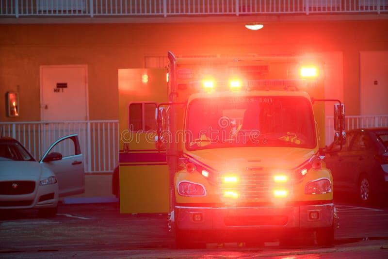 Ambulans som reagerar till en olycksplats med exponera ljus royaltyfria foton