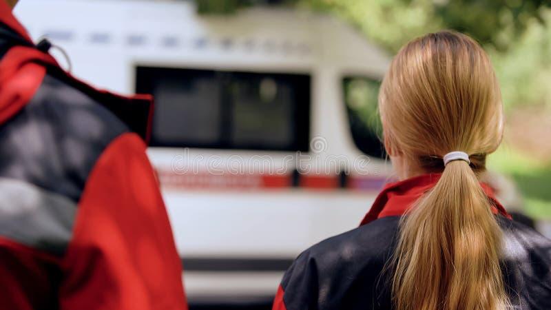 Ambulansbesättning som går att transportera, brådska till tålmodig, snabb och yrkesmässig hjälp arkivbilder
