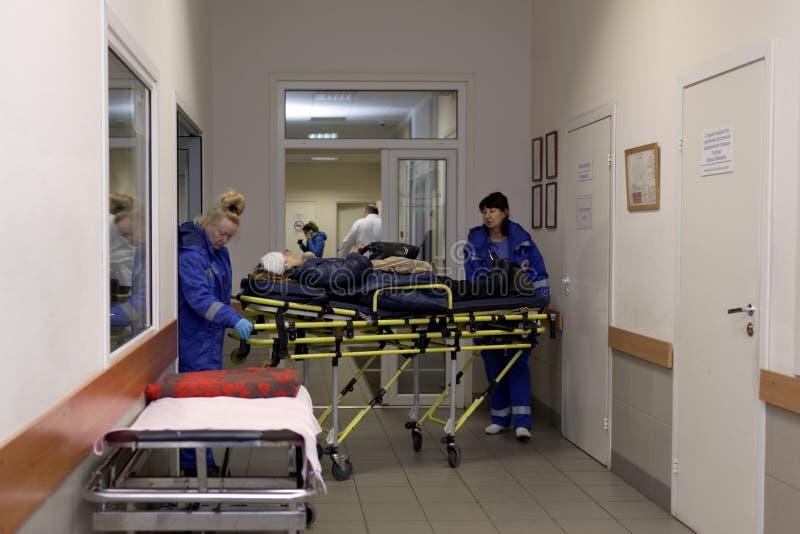 Ambulansbesättningen kom med patienten till ett sjukhus arkivbild