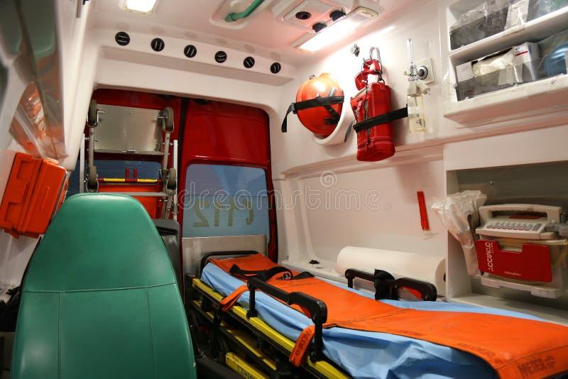 ambulansen details interioren för apparatnödlägeutrustning arkivfoton