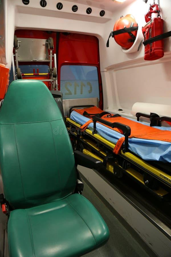 ambulansen details interioren för apparatnödlägeutrustning arkivbild