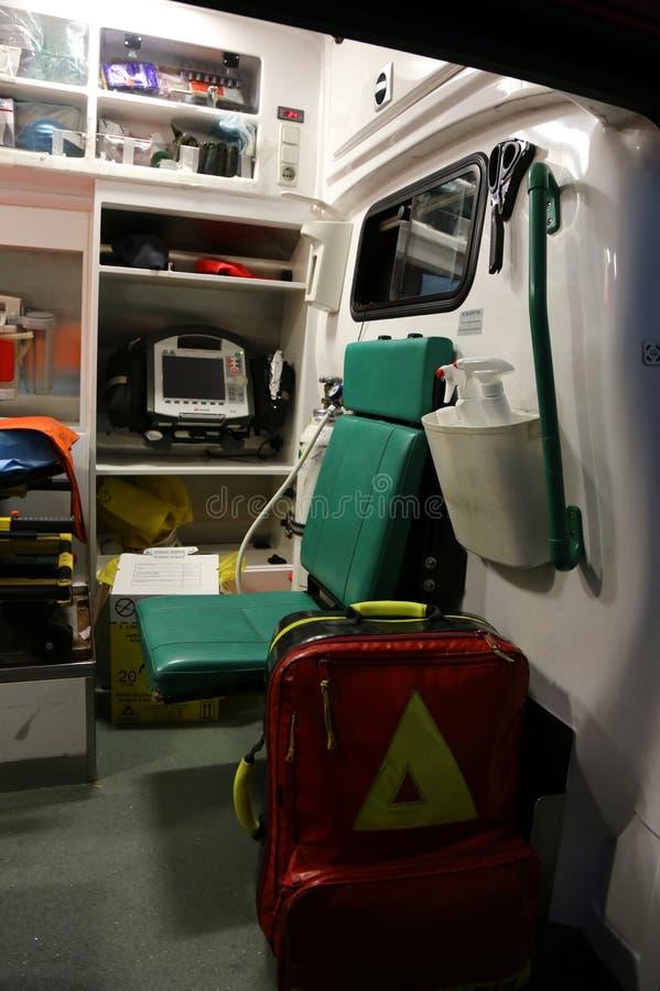 ambulansen details interioren för apparatnödlägeutrustning arkivbilder