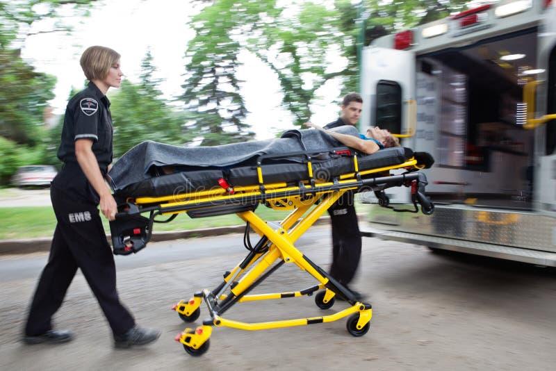 ambulansen rusar arkivbilder