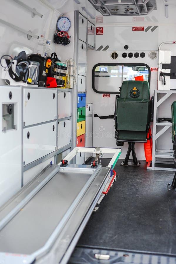Ambulansowy wnętrze strażacy rozbija ratowniczą jednostkę fotografia stock