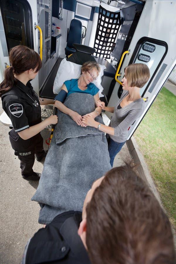 ambulanspensionärkvinna royaltyfria foton