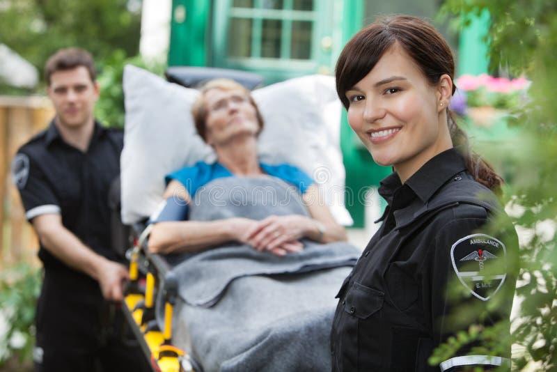 ambulansståendekvinna arkivbilder