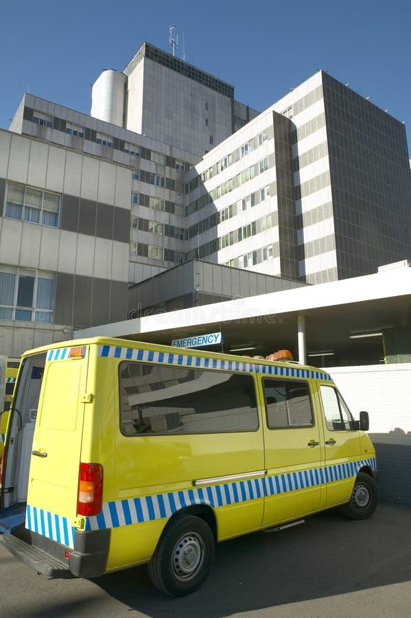 Ambulanza all'entrata di emergenza della costruzione dell'ospedale immagine stock libera da diritti