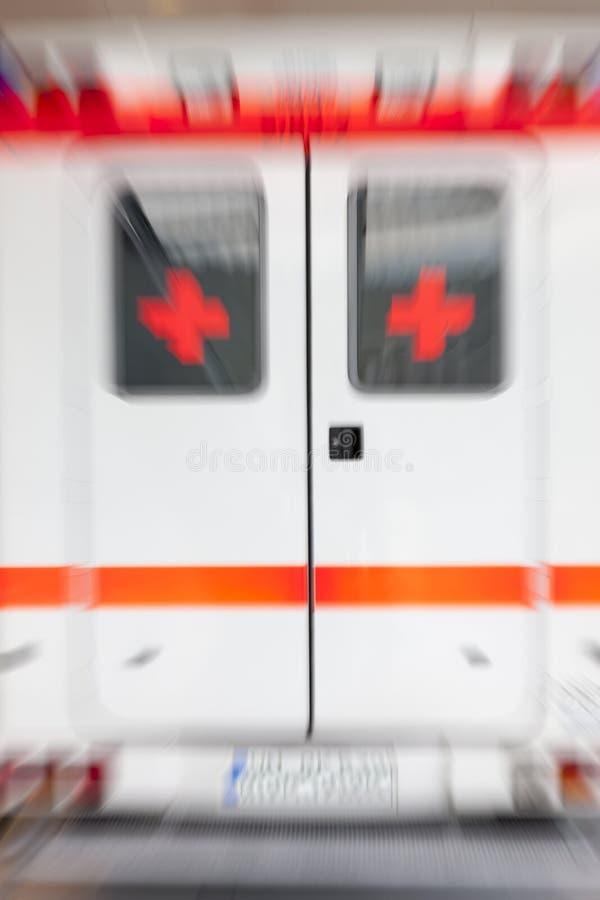 Ambulanza che accelera nella città, mosso fotografia stock libera da diritti