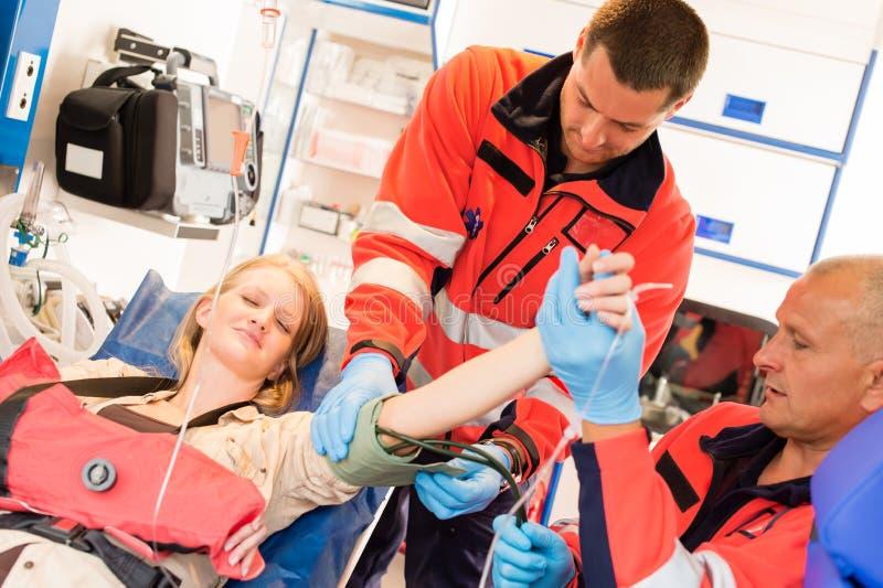 Ambulanza di pressione sanguigna di misura del medico di emergenza fotografia stock