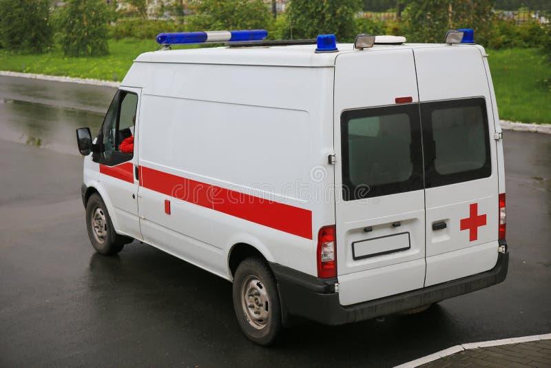 Ambulanza sul parcheggio vicino all'ospedale immagini stock