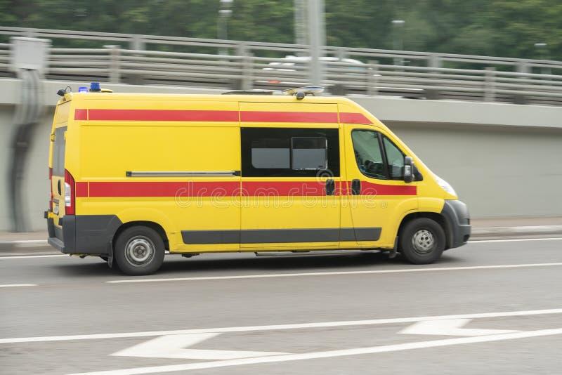 Ambulanza sulla chiamata d'emergenza nel mosso immagine stock