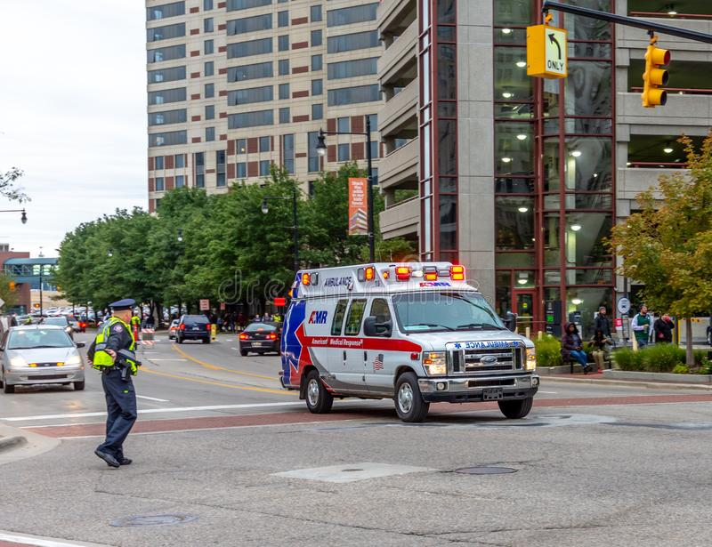 Ambulanza in un'intersezione a Grand Rapids, Michigan fotografia stock libera da diritti
