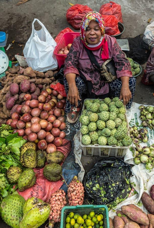 Ambulatoryjny jarzynowy sprzedawca w Terong Ulicznym rynku w Makassar, Południowy Sulawesi, Indonezja zdjęcia stock