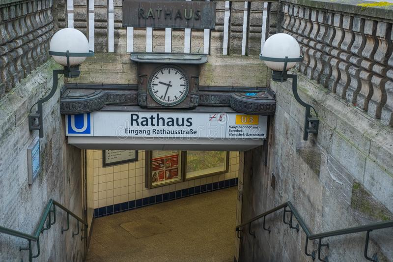 amburgo Entrata alla vecchia stazione Rathaus della metropolitana del ` s della città con i vecchi orologi e lampade immagini stock