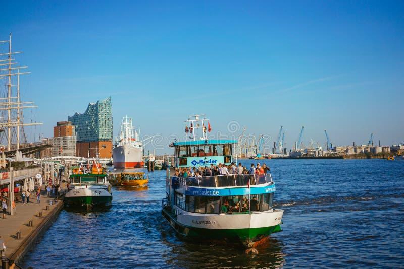 AMBURGO, GERMANIA - 18 aprile 2018: Scalo della st Pauli Landungsbrucken in porto di Amburgo fra il porto più basso fotografia stock libera da diritti