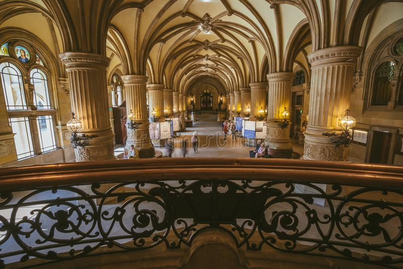 AMBURGO, GERMANIA - 20 aprile 2018: Vista dell'interno di bella costruzione famosa del municipio di Rathaus del punto di riferime immagine stock libera da diritti