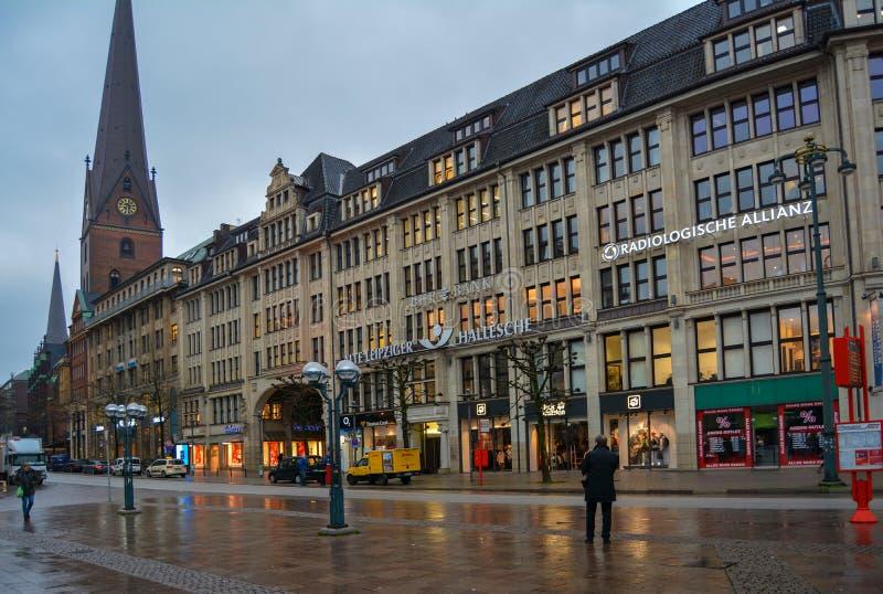 Amburgo, Germania, il 22 novembre 2017 Il centro della città, la via davanti al comune dopo la pioggia immagini stock libere da diritti