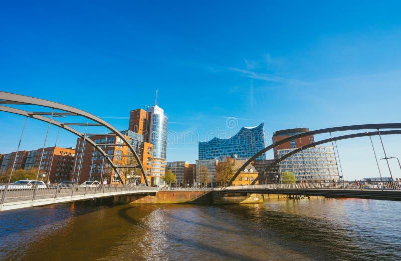 Amburgo, Germania - 17 maggio 2018: HafenCity, Speicherstadt: Vista panoramica davanti al Elbphilharmonie moderno fotografie stock