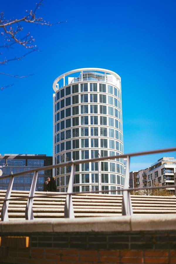 Amburgo, Germania - 17 maggio 2018: Plaza del caffè in Hafencity, - cielo blu luminoso il giorno soleggiato, Amburgo, Germania immagine stock