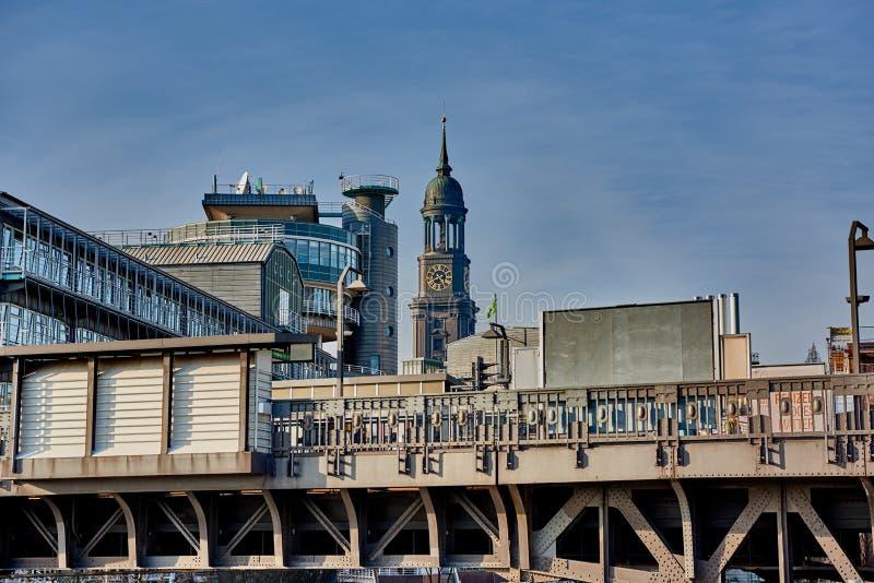 AMBURGO, GERMANIA - 26 MARZO 2016: La vista alla stazione ferroviaria elevata, Gruner e Jahr acquartierano la costruzione e la to fotografia stock